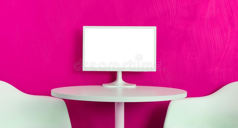 Computermonitor auf der weißen Tabelle auf purpurrotem strukturiertem Hintergrund des Rosas stockfotografie