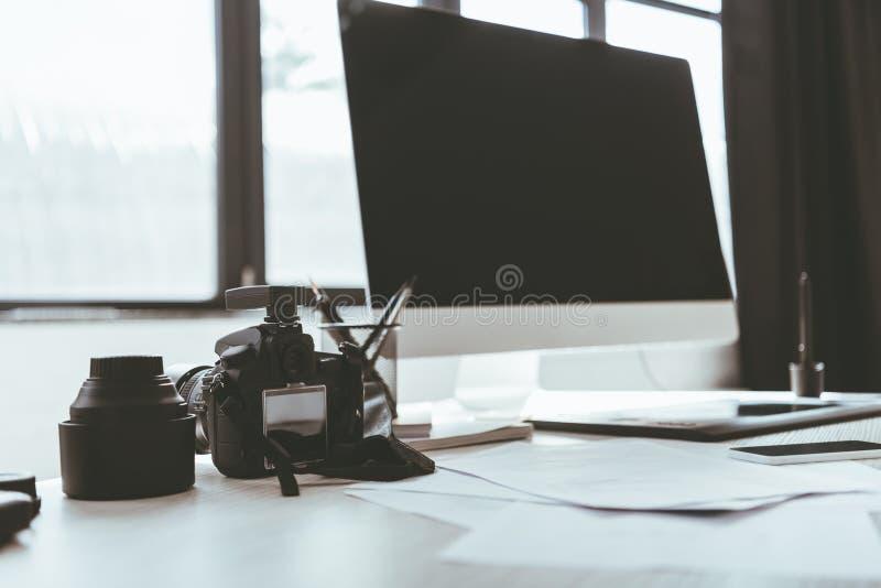 Computermonitor en fotocamera royalty-vrije stock afbeelding