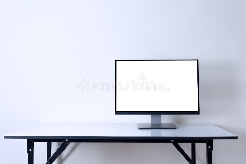 Computermonitor op witte de ruimteachtergrond van het lijstwerk royalty-vrije stock foto