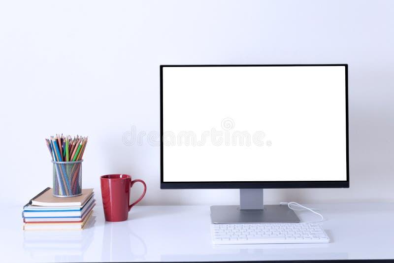 Computermonitor op witte de ruimteachtergrond van het lijstwerk royalty-vrije stock foto's