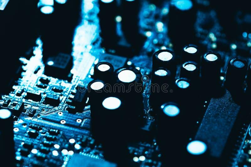 Computermotherboard in blauw donker close-up als achtergrond royalty-vrije stock afbeeldingen