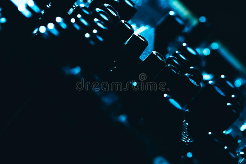 Computermotherboard in blauw donker close-up als achtergrond stock afbeelding