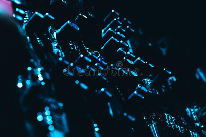 Computermotherboard in blauw donker close-up als achtergrond stock afbeeldingen