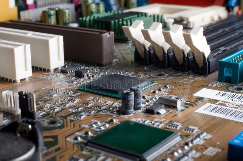 Computermotherboard mit Chips, Speicherschlitze, PCI lizenzfreie stockbilder