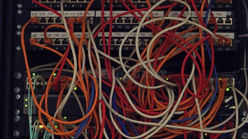 Computernetzwerkausrüstung und Mehrfachstecker und Kabel stockbilder