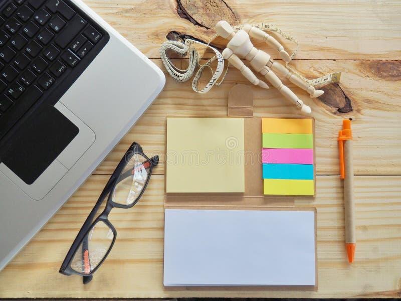 Computernotitieboekje en het meten van band op de lijst Betekenis van Online Manier Handel stock afbeeldingen