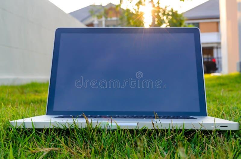 Computernotizbuch gesetzt auf das Gras stockfoto