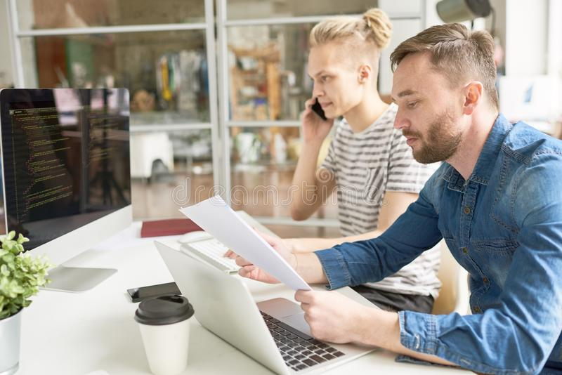 Computerprogrammaontwikkelaars die in Bureau werken stock afbeelding