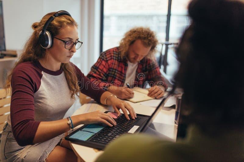 Computerprogrammierer, die an coworking Raum im Technologiestart arbeiten stockfotos
