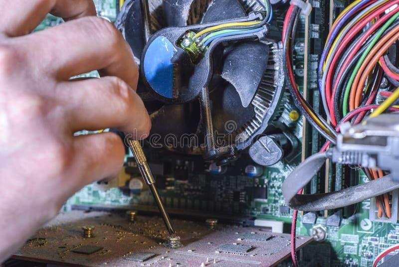 Computerreparatur, Technikerausrüstung Handreparaturnahaufnahme lizenzfreies stockfoto