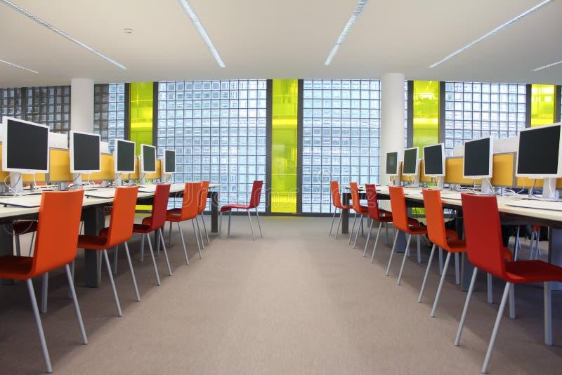 Computers bij de bibliotheek bij een universiteit, een werkplaats stock foto's