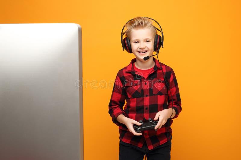 Computerspel Jonge jongen speelt computerspellen op koptelefoons royalty-vrije stock foto's