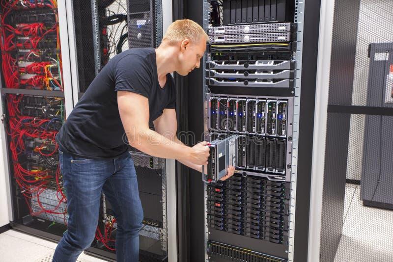 Computertechniker Installing Blade Server in Datacenter lizenzfreies stockfoto