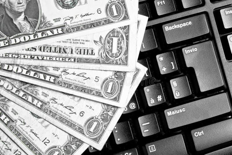 Computertoetsenbord met dollars, die online handel drijven royalty-vrije stock foto
