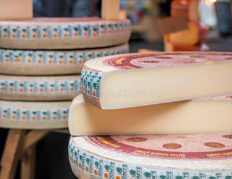 Comte Serowy koło Przy jedzenie rynkiem obrazy royalty free