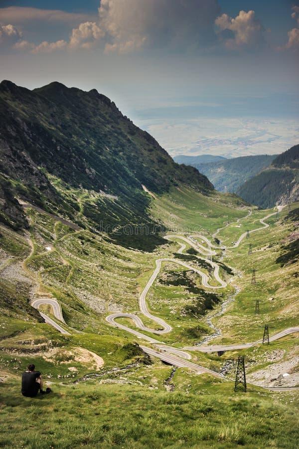 Comtemplación de la vista panorámica del camino famoso de Transfagarasan fotos de archivo libres de regalías