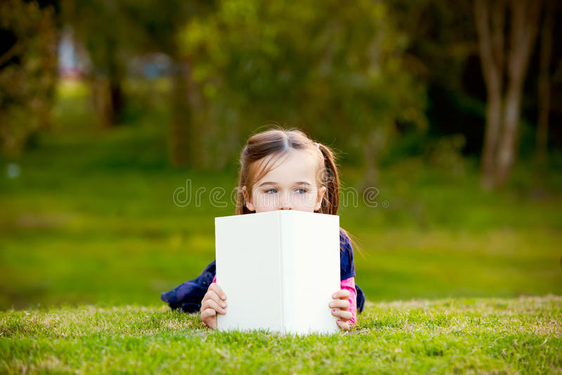 comtemplating девушка ее маленькое внешнее чтение стоковые изображения rf
