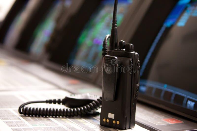 Comuncaciones por radio en sala de mando imagenes de archivo