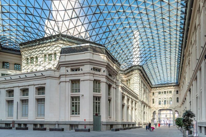 Comune di Madrid con il cortile moderno della copertura del lucernario fotografia stock