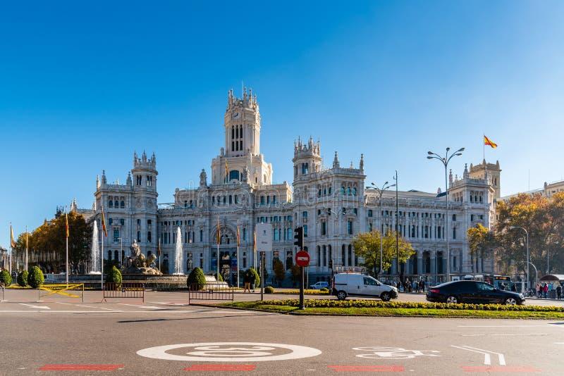 Comune di Madrid un il giorno del cielo blu immagine stock