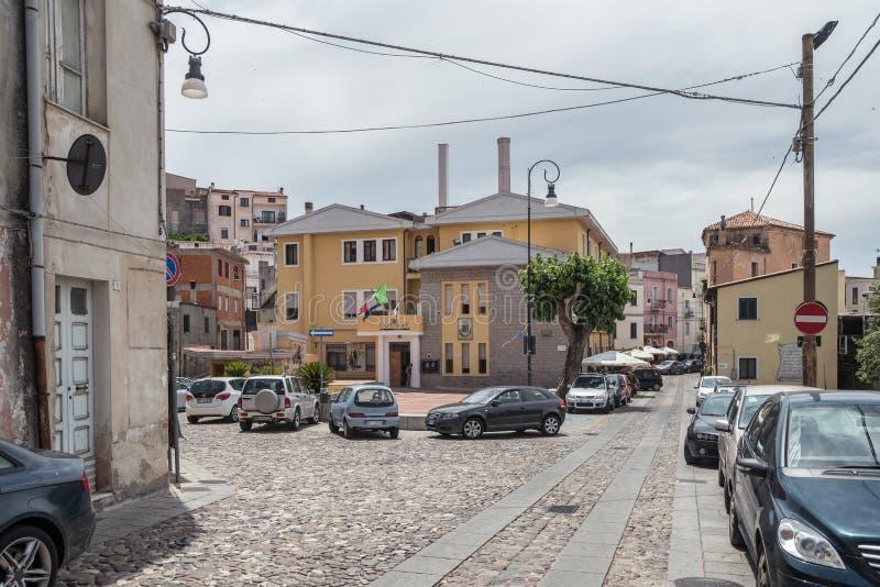 Comune il Oliena su Corso Vittorio Emanuele II, piazza Moro, villaggio di Oliena, provincia di Nuoro, isola Sardegna, Italia fotografie stock libere da diritti