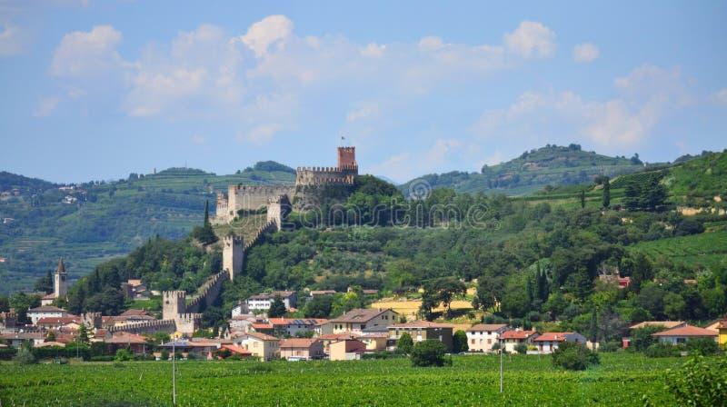 Comune y castillo medieval Italia septentrional de Soave de Soave fotografía de archivo