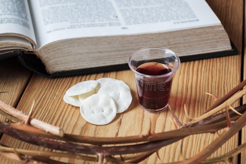 Comunhão santamente, um copo do vinho e pão com Jesus Crown Thorn e uma Bíblia Sagrada foto de stock