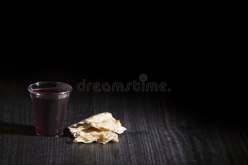Comunión santa de Christian Faith del vino y del pan ácimo fotografía de archivo