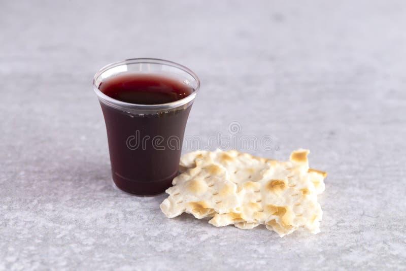 Comunión santa de Christian Faith del vino y del pan ácimo foto de archivo