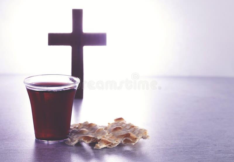 Comunión santa de Christian Faith del vino y del pan ácimo fotos de archivo libres de regalías