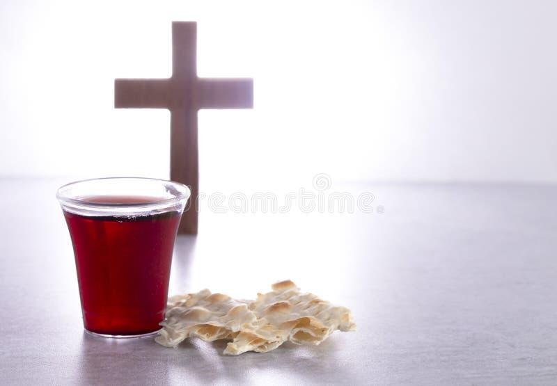 Comunión santa de Christian Faith del vino y del pan ácimo imagen de archivo