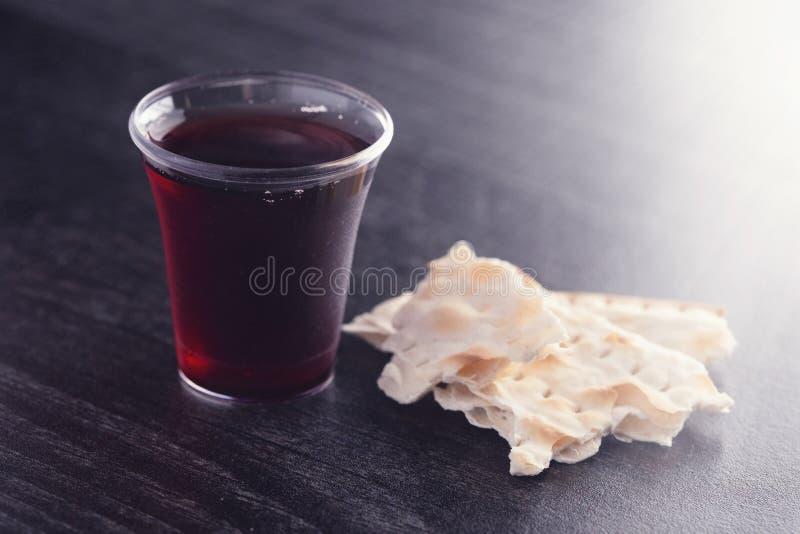 Comunión santa de Christian Faith del vino y del pan ácimo imagenes de archivo