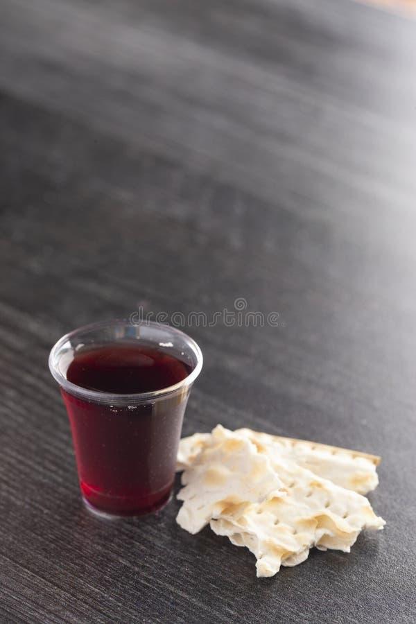 Comunión santa de Christian Faith del vino y del pan ácimo foto de archivo libre de regalías