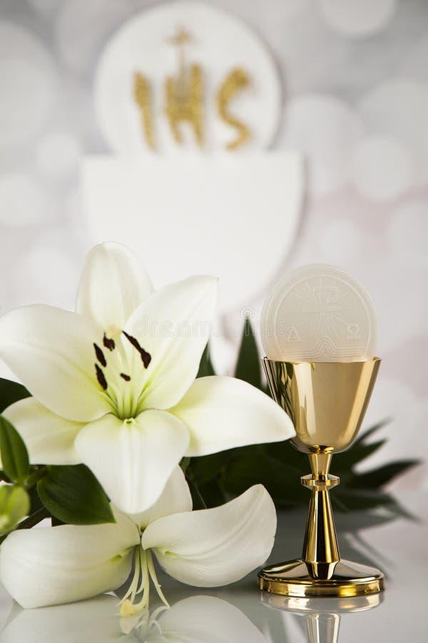 Comunión santa una cáliz de oro con las uvas y las obleas del pan fotos de archivo libres de regalías