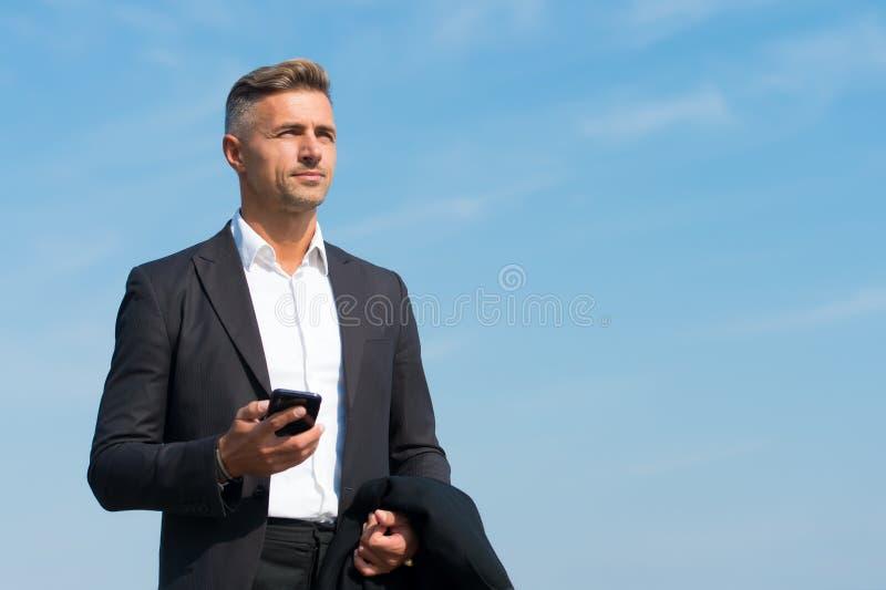 Comunicação móvel Empresário bem-sucedido e motivado Homem de negócios bem feito ao estilo do cabelo Tomar decisões sobre imagens de stock royalty free