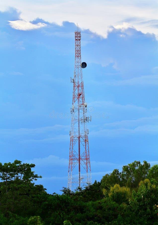 Comunicações, telecomunicação, torre celular com antenas imagens de stock