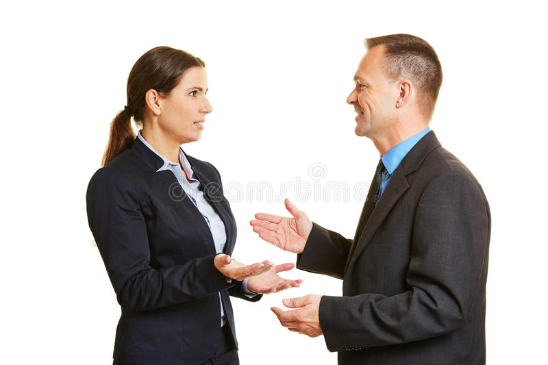 Comunicación con dos hombres de negocios que hablan imagenes de archivo