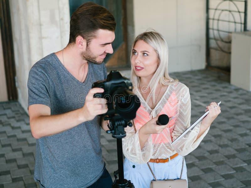 Comunicación de la discusión del trabajo en equipo de la película de las noticias foto de archivo libre de regalías