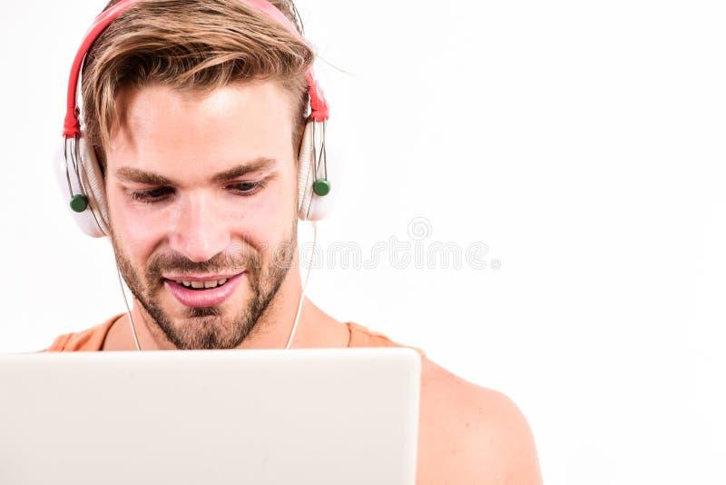 Comunicación de Vide3o ebook y educación en línea Educaci?n de la m?sica el hombre muscular atractivo escucha ebook Hombre en aur imágenes de archivo libres de regalías