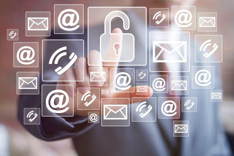 Comunicación del correo de la red de la seguridad de la cerradura del botón del hombre de negocios fotos de archivo libres de regalías