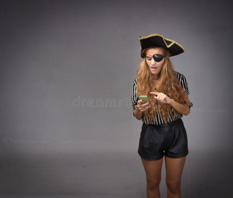 Comunicación del pirata con smartphone foto de archivo