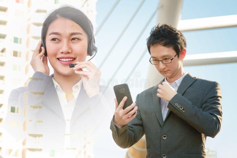 Comunicación en línea del hombre de negocios con servicios de atención al cliente foto de archivo