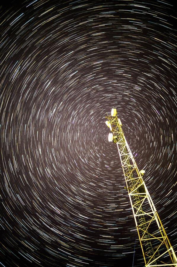 Comunicación móvil del repetidor (torre) en las pistas plagadas de estrellas fotografía de archivo