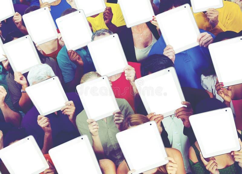 Comunicación social del establecimiento de una red de la tableta de Digitaces de la gente medios concentrada imagen de archivo libre de regalías