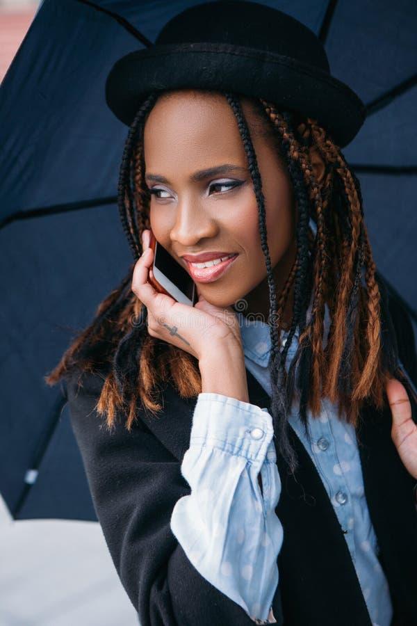 Comunicación social moderna Mujer negra feliz imagen de archivo libre de regalías