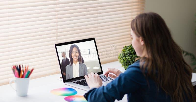 Comunicación video de la empresaria en oficina foto de archivo libre de regalías