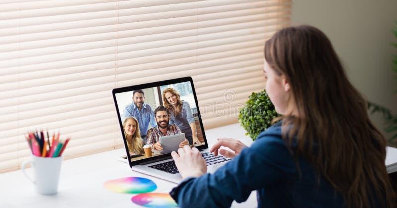 Comunicación video de la empresaria en oficina imágenes de archivo libres de regalías