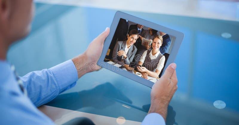 Comunicación video del hombre de negocios en la tableta fotografía de archivo