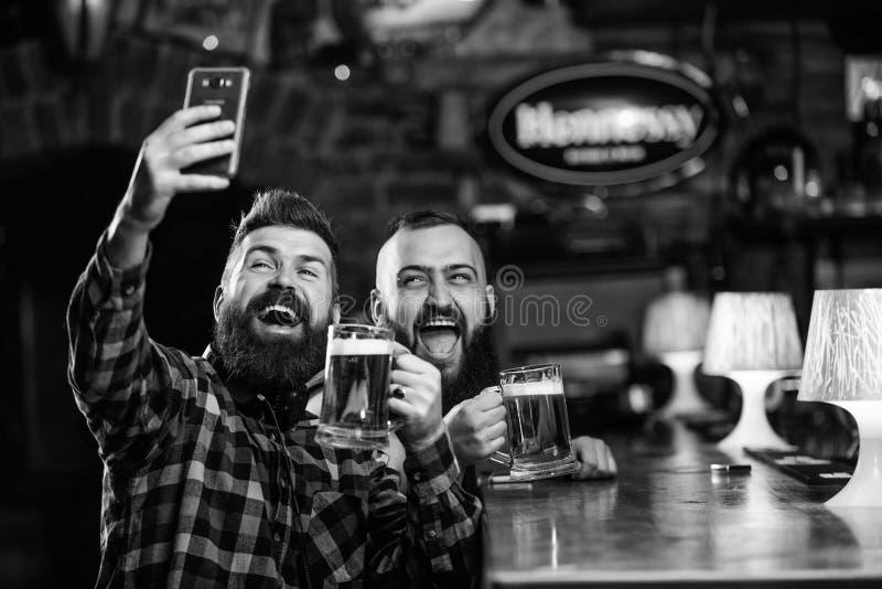 Comunicaci?n en l?nea Smartphone barbudo del control del inconformista del hombre Tomar concepto del selfie Foto del selfie de la fotografía de archivo