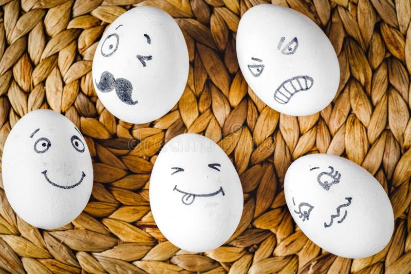 Comunicaci?n y emociones sociales - huevos de las redes del concepto imagen de archivo